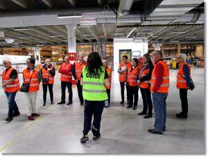 Här lyssnar halva gruppen på vår guide. Bild: Lennart Björklund